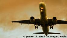Flugzeug im Anflug | Verwendung weltweit © picture-alliance/Chromorange/C. Bodlaj