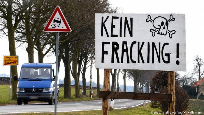 Deutschland Symbolbild Frecking Schild Kein Frecking (picture-alliance/dpa/H. Hollemann)