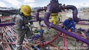 Робочі на сланцевому родовищі в штаті Колорадо проводять черговий гідророзрив пласта