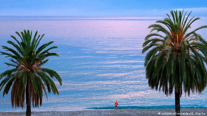 Frankreich Strand in Menton (picture-alliance/dpa/S. Stache)