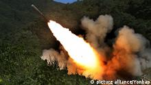 17.09.2015 ***S. Korean troops conduct live-fire drill at border town A South Korean Army multiple-launch rocket system fires during a live-firing exercise at a valley in Cherwon near the country's central border with North Korea on Sept. 17, 2015. (Yonhap)/2015-09-17 14:59:49/ <Copyright _Ï 1980-2015 YONHAPNEWS AGENCY. All rights reserved.>   Keine Weitergabe an Wiederverkäufer. © picture alliance/Yonhap