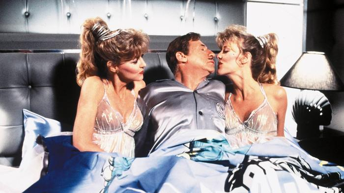 Film still Spaceballs' , a man in bed with two women, kisses one of them(Foto: imago)