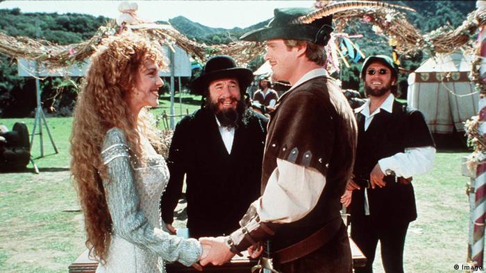 Film still 'Robin Hood Men in tights', three men and a woman (Foto: imago)