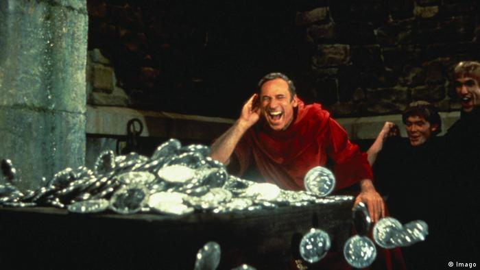 Film still 'History of the World, Part I' , three men in a basement, gleeful, one grabs at a huge box full of silver coins (Foto: imago)