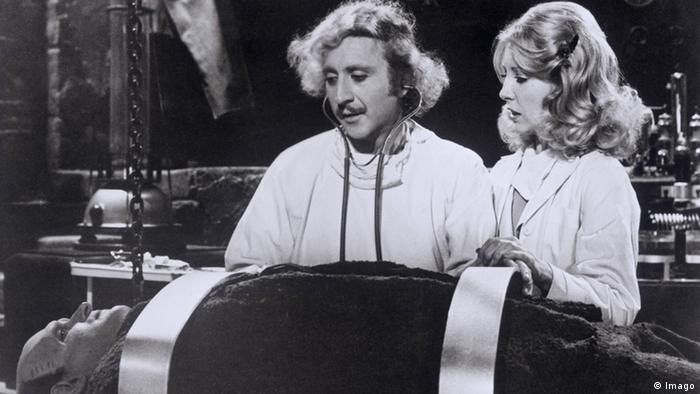 Film still 'Young Frankenstein', a man and a woman look at a body lying in front of them (Foto: imago)