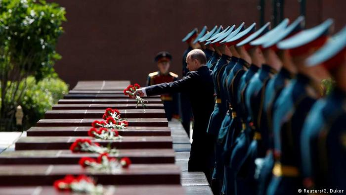 President Putin laying a wreath by the Kremin wall