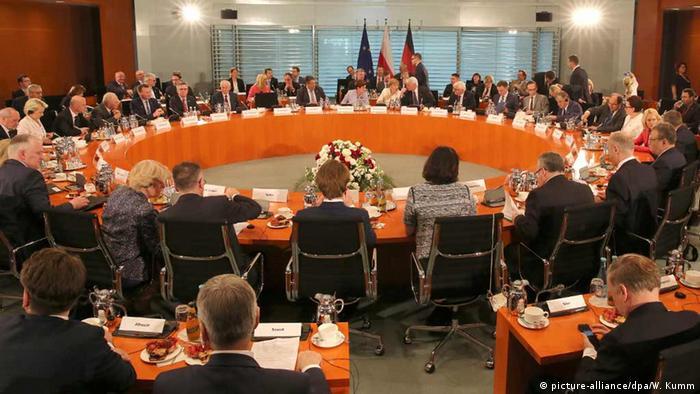 Deutschland Vertreter der polnischen und der deutschen Regierungen am Konferenztisch