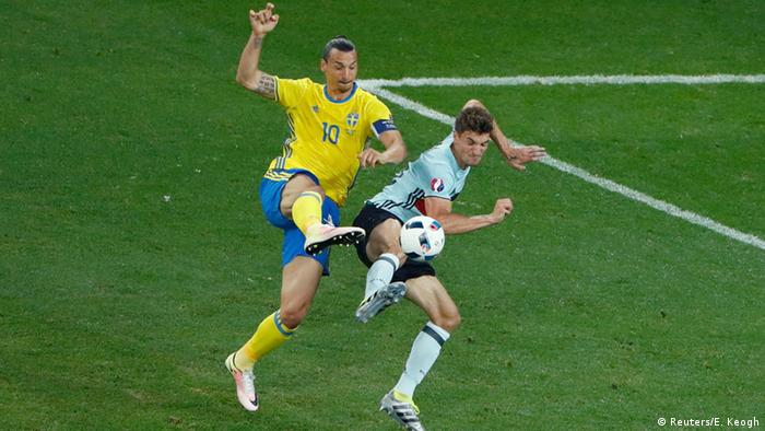 UEFA EURO 2016 Schweden vs Belgien +++ Zweikampf Ibrahimovic Meunier