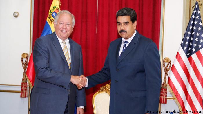 Nicolás Maduro, presidente de Venezuela (der.), y Thomas Shannon, subsecretario de Estado para Asuntos Políticos de EE. UU.