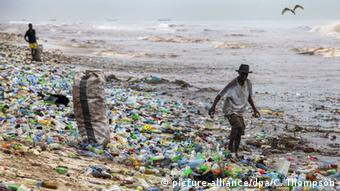 Ghana plastic waste on the beach (picture-alliance/dpa/C. Thompson)