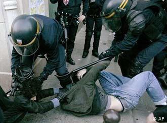 Ein am Boden liegender Mann soll von Polizisten mit Schlagstöcken abegführt werden
