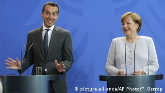 Deutschland Österreich - Bundeskanzler Angela Merkel & Christian Kern in Berlin (picture-alliance/AP Photo/F. Ostrop)