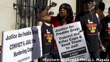 13.06.2016 *** Demonstrators protest outside of the courthouse during the trial of Officer Caesar Goodson Jr., one of six Baltimore city police officers charged in connection to the death of Freddie Gray, during the third day of his trial, Monday, June 13, 2016, in Baltimore Md. Goodson, the wagon driver facing second-degree murder, manslaughter and other charges stemming from the death of Freddie Gray. Porter's trial in the Gray case ended in mistrial. He will be tried again in September. (AP Photo/Jose Luis Magana)   © picture-alliance/AP Photo/J.L. Magana