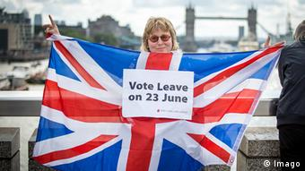 Großbritannien London Brexit Frau mit Flagge vote leave