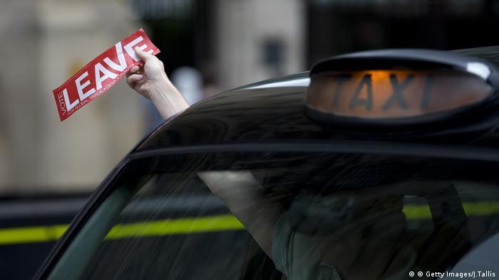 Großbritannien London Taxifahrer hält einen Sticker aus dem Fenster mit der Aufschrift leave