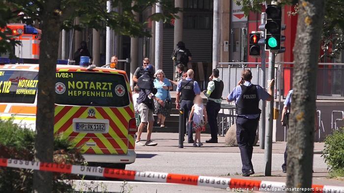 Полиция выводит посетителей кинотеатра после завершения спецоперации