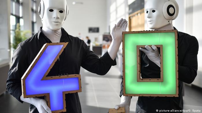 Deutschland Hannover Messe - als Roboter verkleidete Darsteller (picture-alliance/dpa/O. Spata)