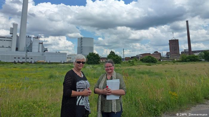 Dessau's restored greenspace - Jahn and Lott stand in front of an open field that once had a meat-packing factory and a huge bakery on it (Photo: DW/N. Zimmermann)