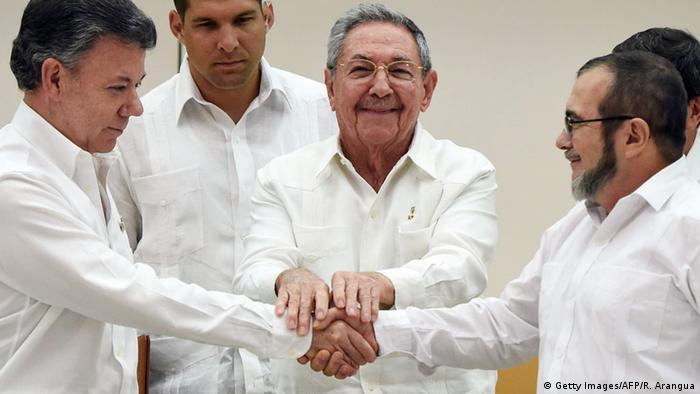 Kuba Raul Castro, Juan Manuel Santos und FARC-Rebellenführer Rodrigo Londono in Havanna (Getty Images/AFP/R. Arangua)