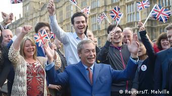 Nigel Farage e seguidores comemoram Brexit