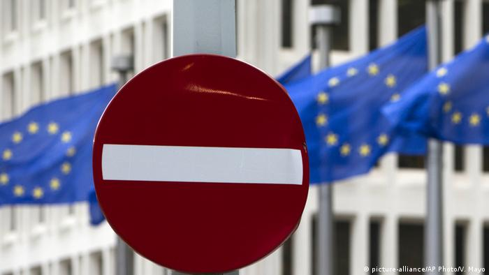no entry sign in front of flags Copyright: picture-alliance/AP Photo/V. Mayo