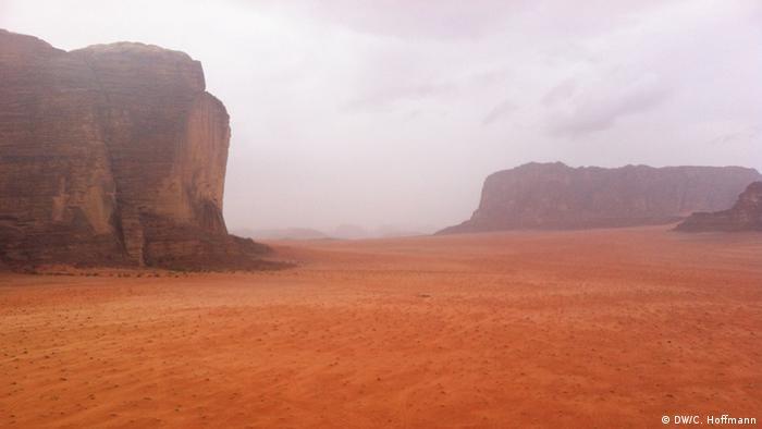 red sand an rocks, Jordanien, Wadi Rum, Jordan (Christian Hoffmann)
