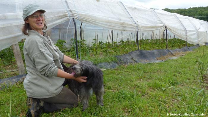 La jardinera Lisa Schäfer muestra la gran diversidad de cultivos de Bonn CSA.