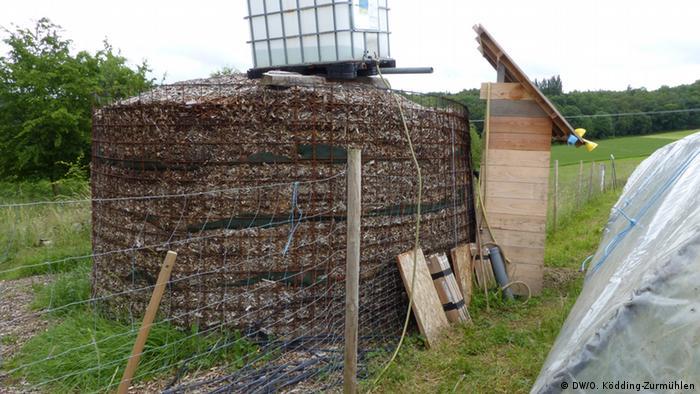 Biomeiler built by the Community Supported Agriculture in Bonn (Photo: Oleg Ködding-Zurmühlen / DW)