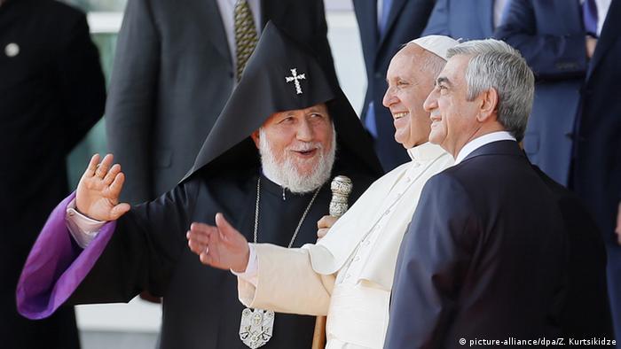 Papst Franziskus mit dem Oberhaupt der armenisch-apostolischen Kirche, Karekin II. (l.) und Präsident Sargsjan (r.) (Foto: dpa)