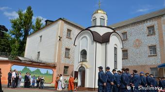 Заключенные Лукьяновского СИЗО на фоне церкви