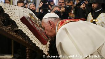 Papst Franziskus küsst die Bibel in der Kathedrale in Eriwan (Foto: AP)