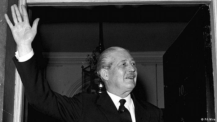 Premierminister Harold MacMillan in 10 Downing Street in London