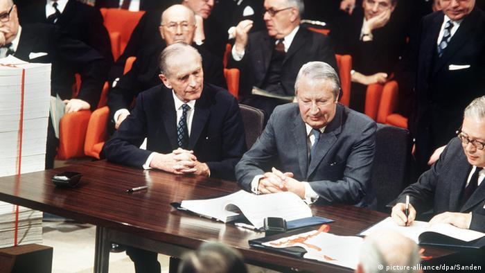 Premierminister Edward Heath bei seiner Unterzeichnung der Beitrittsurkunde zur EU 1972 in Brüssel
