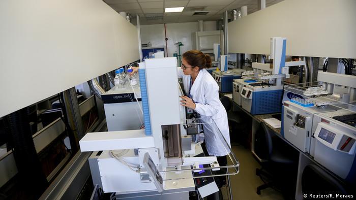 Специалисты в белых халатах работают в антидопинговой лаборатории Рио-де-Жанейро