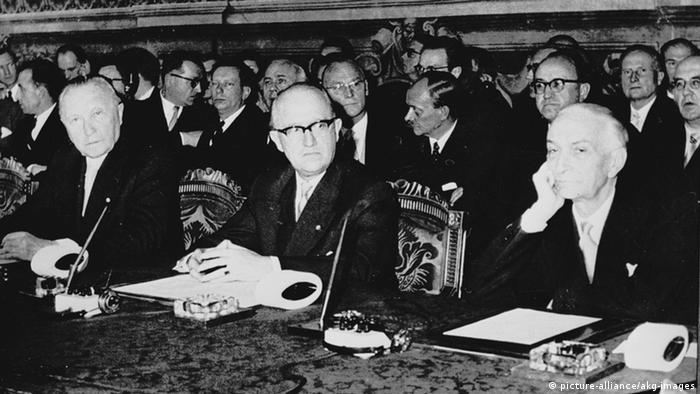 في الصورة: توقيع معاهدة روما التي أنشأت الجماعة الاقتصادية الأوروبية عام 1957