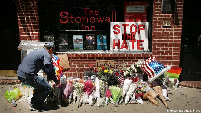 Blumen vor dem Stonewall Inn - im Gedenken an die 49 Opfer des Massakers von Orlando vor zwei Wochen (Foto: Getty)