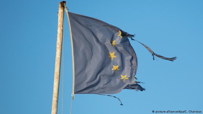 Pocijepana zastava EU-a (picture-alliance/dpa/C. Charisius)