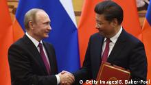 BEIJING, CHINA - JUNE 25: Russian President Vladimir Putin (L) shakes hands with Chinese President Xi Jinping during a signing ceremony in Beijing's Great Hall of the People on June 25, 2016 in Beijing, China. Russian President Vladimir Putin is in China to discuss more economic and military cooperation between the two countries. (Photo by Greg Baker-Pool/Getty Images) Copyright: Getty Images/G. Baker-Pool