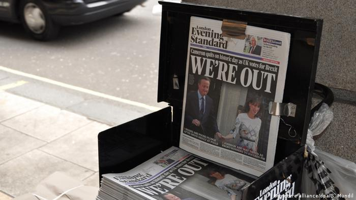 Brexit London Evening Standard mit Überschrift We´re out (Foto: picture alliance/dpa/S. Mundil)