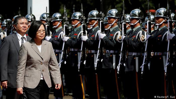 Taiwan Präsidentin Tsai Ing-wen Soldaten Militär (Reuters/T. Sue)