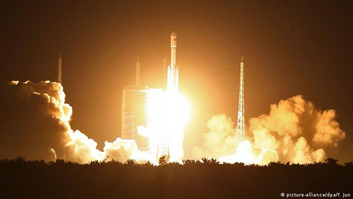 China Wenchang Raketenstart Langer Marsch 7 (picture-alliance/dpa/Y. Jun)