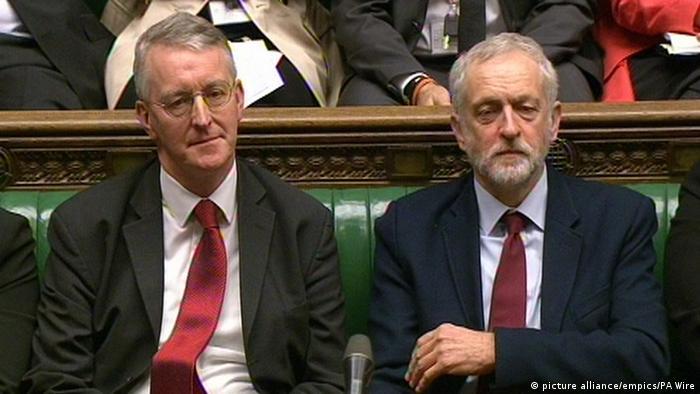 Großbritanien Hilary Benn und Jeremy Corbyn im Parlament