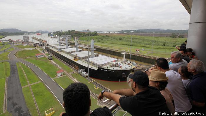 Туристы в Панаме смотрят на корабль