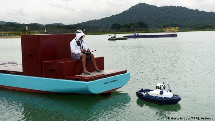Лоцман корабля трениуется на маленькой модели.