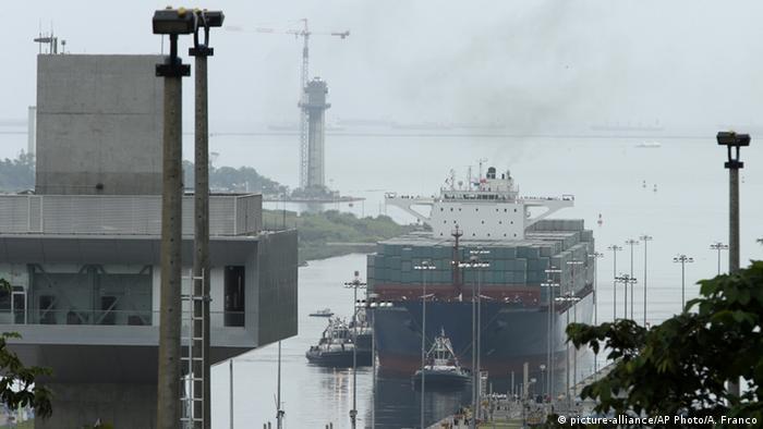 Корабль Cosco Shipping Panama проходит через модернизированный Панамский канал.