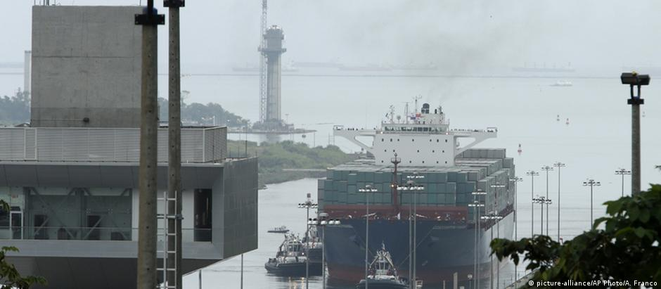 Navio chinês Cosco Shipping Panama foi o primeiro a atravessar o canal ampliado