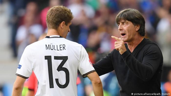 المدرب يوآخيم لوف متحدثا إلى توماس مولر في مباراة سلوفاكيا بكأس أمم أوروبا بفرنسا يورو 2016