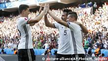 26.06.2016+++++ Germany's Julian Draxler, right, celebrates with his teammates Mats Hummels, center, and Mario Gomez after scoring during the Euro 2016 round of 16 soccer match between Germany and Slovakia, at the Pierre Mauroy stadium in Villeneuve d'Ascq, near Lille, France, Sunday, June 26, 2016. (AP Photo/ Michel Spingler) | © picture-alliance/AP Photo/M. Spingler