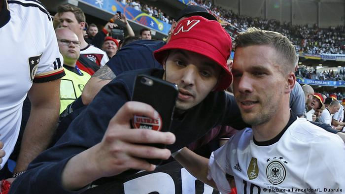 UEFA EURO 2016 - Achtelfinale | Deutschland vs. Slowakei | Podolski und Fan , Selfie