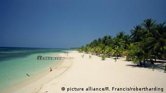 Una playa de arena blanca y aguas cristalinas en la isla de Roatán en Honduras.
